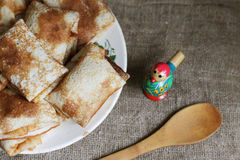 Shrovetide, Russische traditionele pannekoeken - blini Stock Afbeelding