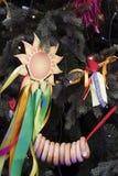Shrovetide symbol - solen som göras av färgrika band Shrovetide beröm i den Moscow staden centrerar Royaltyfri Bild