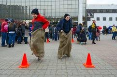 Shrovetide-Unterhaltung Springen in Taschen Lizenzfreies Stockfoto