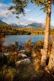 Shtrbske pleso湖在秋天 斯洛伐克高Tatras山 库存图片
