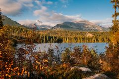 Shtrbske pleso湖在秋天 斯洛伐克高Tatras山 免版税库存图片