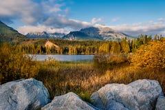 Shtrbske plesosjö i höst Slovakien höga Tatras berg royaltyfria foton
