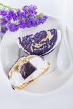 Shu торта голубики украшенное с фиолетовыми цветками statice, соперничает Стоковые Фото