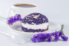 Shu del dolce del mirtillo decorato con i fiori porpora dello statice Fotografia Stock