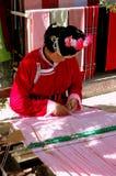 Shu ele, China: Mulher que tece em um tear Imagens de Stock