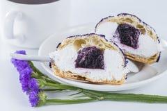 切成了两半用紫色花装饰的蛋糕蓝莓shu o 图库摄影