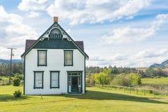 Shubert domu obwódka zieleni polami przy historycznym O ` Keefe rancho zdjęcia royalty free