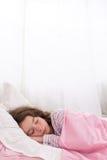 Предназначенная для подростков девушка уснувшая shuching ее большой палец руки Стоковые Фото