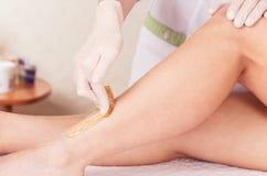 Shugaring Procedimento cosmético da depilação do açúcar Imagem de Stock Royalty Free