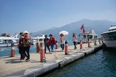 Shuishe码头的游人在游览在日月潭附近以后 免版税库存图片