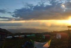 Shunshine ett berg som campar och, kunde beskåda himmelsikt på jord royaltyfri bild