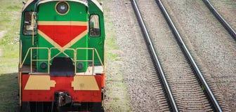 Shunting lokomotiv p? j?rnv?gsstationsortering royaltyfri bild