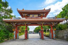 Shureimon port i den Shuri slotten i Okinawa, Naha, Japan arkivfoton
