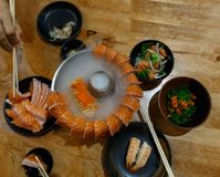 Shushi-sasimi Scheibe im Rauche lizenzfreies stockfoto