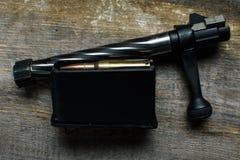 Shutter, agrafe de carabine, les munitions, mensonges et sur un fond en bois Image libre de droits