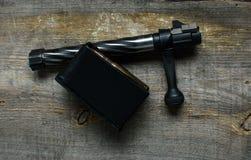 Shutter, clip della carabina, le munizioni, bugie e su un fondo di legno Fotografie Stock Libere da Diritti