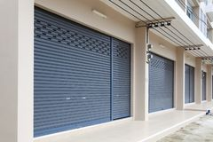 Shutter la puerta de la puerta o del rodillo y el piso concreto de Bui comercial imagen de archivo libre de regalías