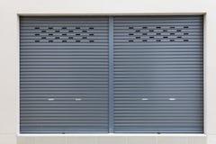 Shutter a porta da porta ou do rolo e o assoalho concreto, buil industrial Fotos de Stock Royalty Free