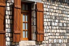 Shuttered Fenster auf Steinwand Lizenzfreie Stockfotos