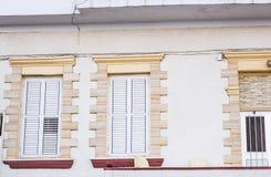 shutters белое окно стоковое изображение