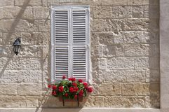 shutters det vita fönstret arkivfoto