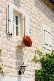shutters det vita fönstret Fasaden av hus Royaltyfri Fotografi