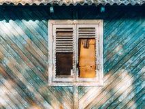 shutters det vita fönstret Fasaden av hus Royaltyfri Foto
