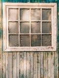 shutters det vita fönstret Fasaden av hus Royaltyfri Bild