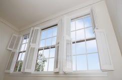 shutters fönster arkivfoto
