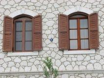 shutters träfönster arkivbild
