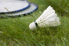Shuttle met twee rackets voor badminton op het gras Stock Foto