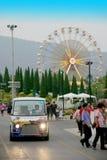Shuttlebus mit buntem Riesenradhintergrund Stockbilder