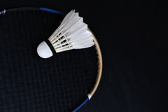 Shuttlecock和羽毛球拍 免版税库存照片