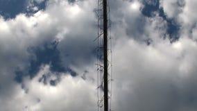 Shuttlecock летает над сетчатой предпосылкой голубое небо и облака Полное HD 1920-1080 акции видеоматериалы