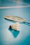 shuttlecock för racquet för badmintonbollspel inomhus Arkivfoton