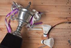 Shuttlecocks, ракетка и трофей бадминтона Стоковое Изображение