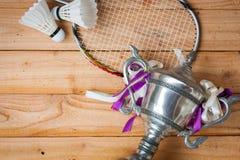 Shuttlecocks, ракетка и трофей бадминтона Стоковая Фотография