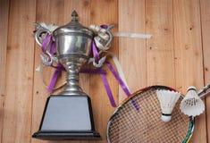 Shuttlecocks, ракетки и трофей бадминтона Стоковые Фото