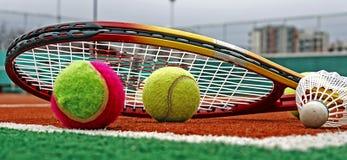 网球、羽毛球shuttlecocks &球拍3 免版税库存照片