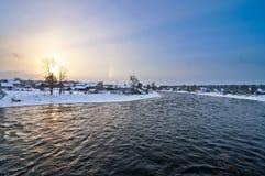 Shuya flod och Besovec by royaltyfria bilder
