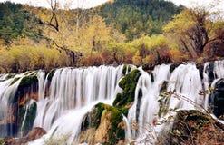 Shuzheng vattenfall i Jiuzhaigou, Sichuan Kina Royaltyfria Bilder