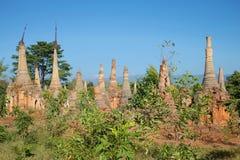 Shwe的被放弃的stupas在Dein塔在Inle湖,缅甸附近的Indeyn村庄 图库摄影