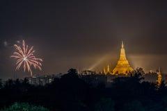 Shwe Dagon塔新年烟花 免版税库存图片