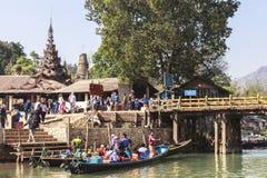 Shwe gästgivargårdThein pagoder av den Indein byn i Inle sjön Royaltyfria Foton
