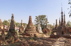 Shwe gästgivargårdThein pagoder av den Indein byn i Inle sjön Arkivfoto