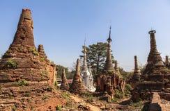 Shwe gästgivargårdThein pagoder av den Indein byn i Inle sjön Arkivbild