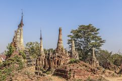 Shwe gästgivargårdThein pagoder av den Indein byn i Inle sjön Arkivfoton