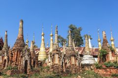 Shwe gästgivargårdThein pagoder av den Indein byn i Inle sjön Fotografering för Bildbyråer