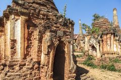 Shwe gästgivargårdThein pagoder av den Indein byn i Inle sjön Arkivbilder