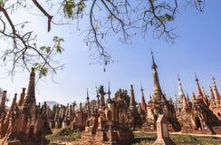Shwe gästgivargårdThein pagoder av den Indein byn i Inle sjön Royaltyfri Foto